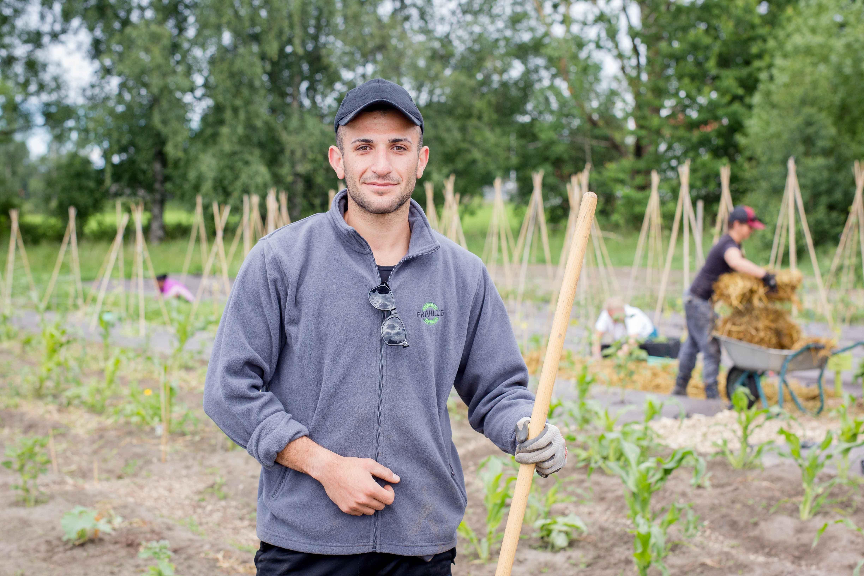 Amed flyktet med båt fra Tyrkia: nå lærer han seg norsk mens han steller planter