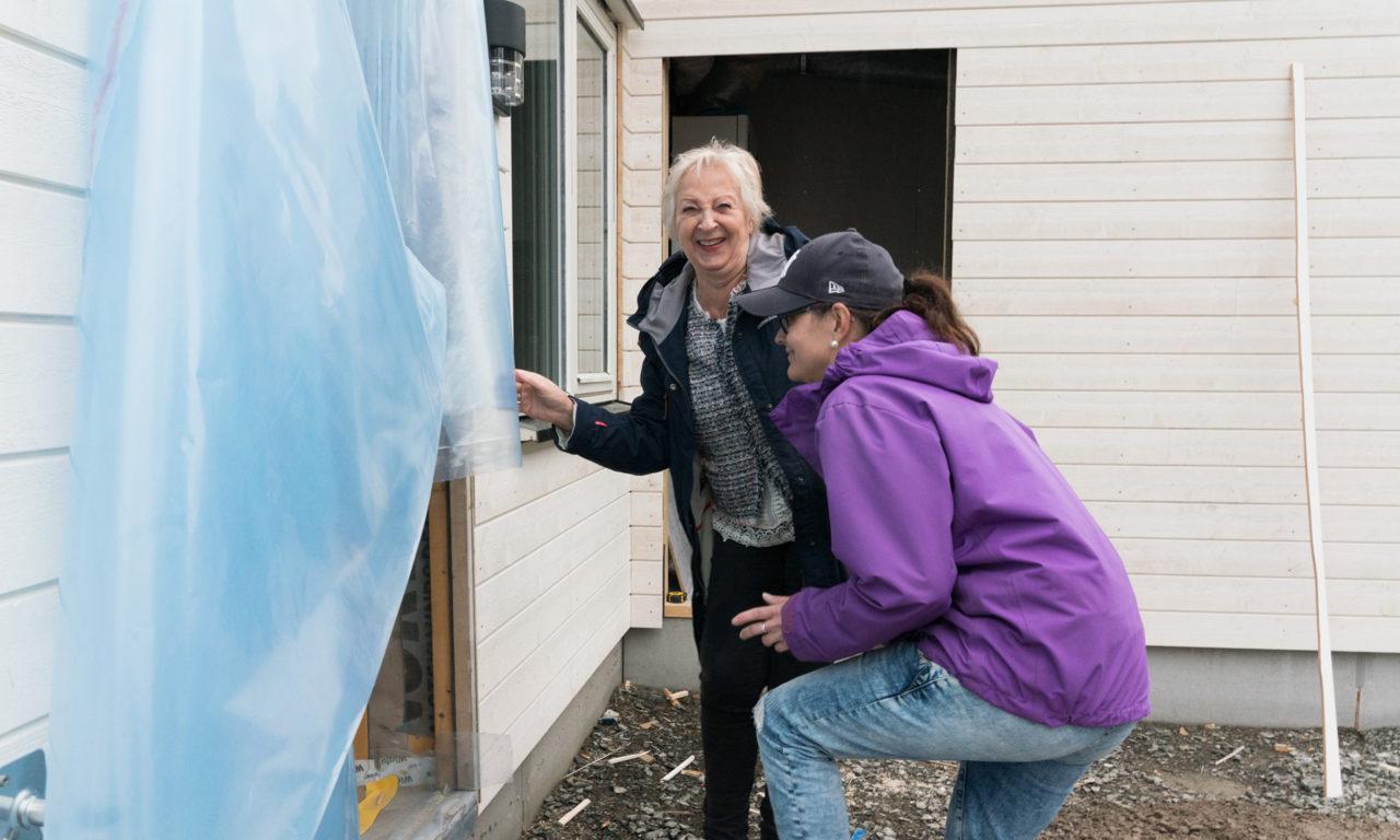 Britt (65) og Tine Lill (34) blir naboer i helt nytt nabolag: – Er ofte innom her og sniktitter på byggingen